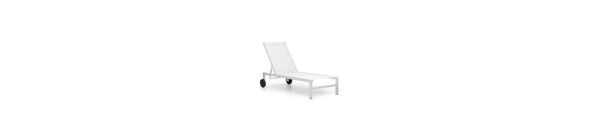 Mobiliario de al aire libre incluyendo tumbonas, sofás, sillas y mesas